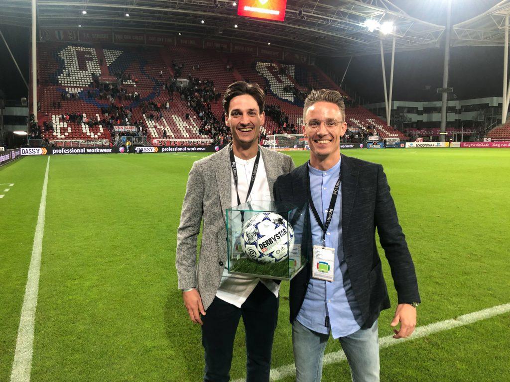 Hoofdsponsor bij wedstrijd FC Utrecht met wedstrijdbal