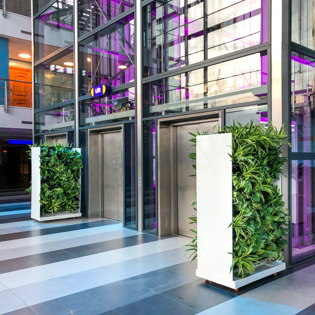 Room dividers met planten bij Passenger Terminal Amsterdam