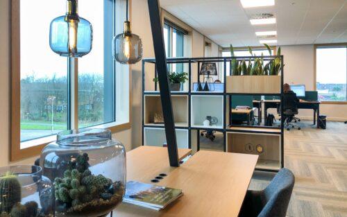 kast met planten op kantoor